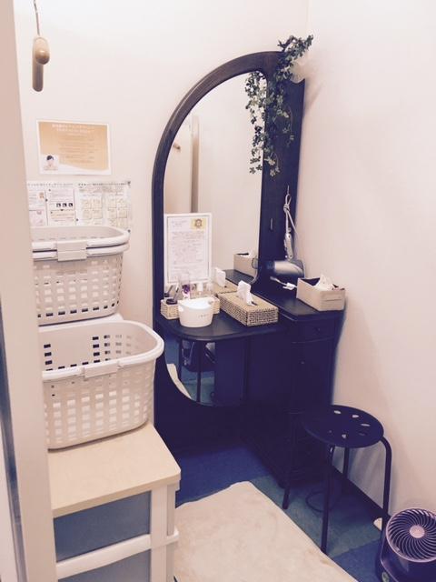 更衣室スペース。ドレッサー、ドライヤー、基礎化粧品、扇風機など