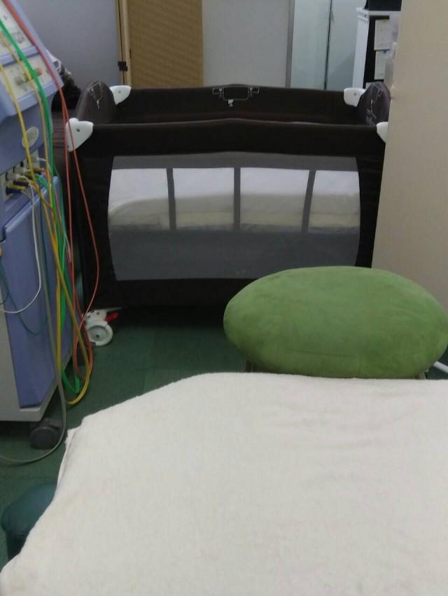 整体ベッドの近くにベビーベッド