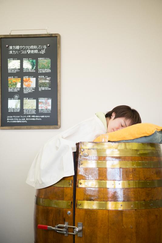 樽サウナで気持ちよさそうに寝ている女性
