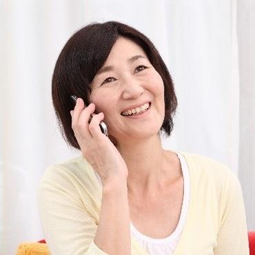 女性が電話を掛けて喋っている