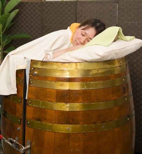 漢方樽サウナで気持ちよく温まる様子