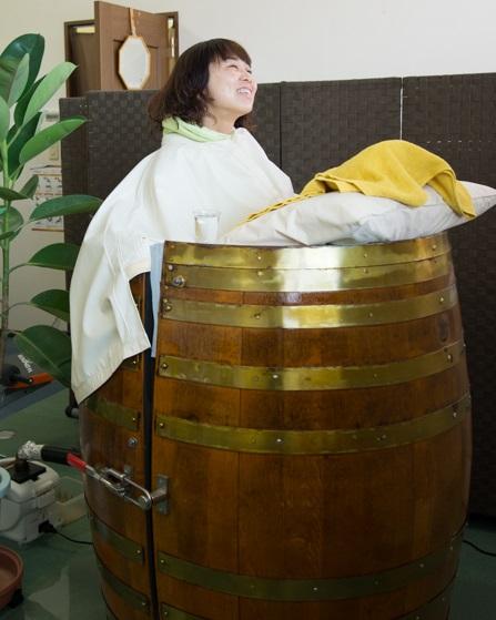 樽サウナで気持ち良さそうな女性