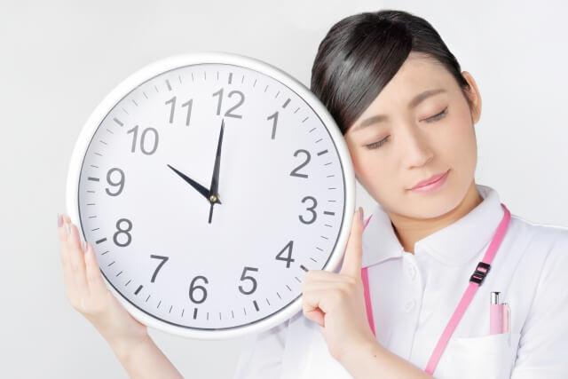 時計を持つ女性・時間のイメージ