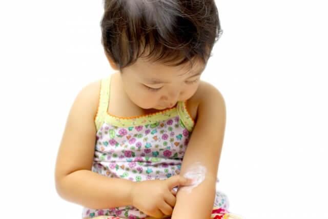 塗り薬を縫っている子供