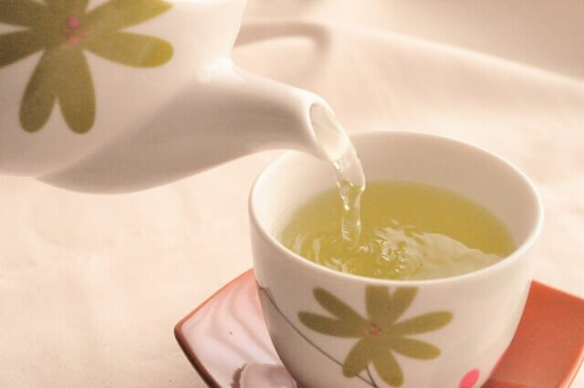 急須で緑茶を淹れている写真